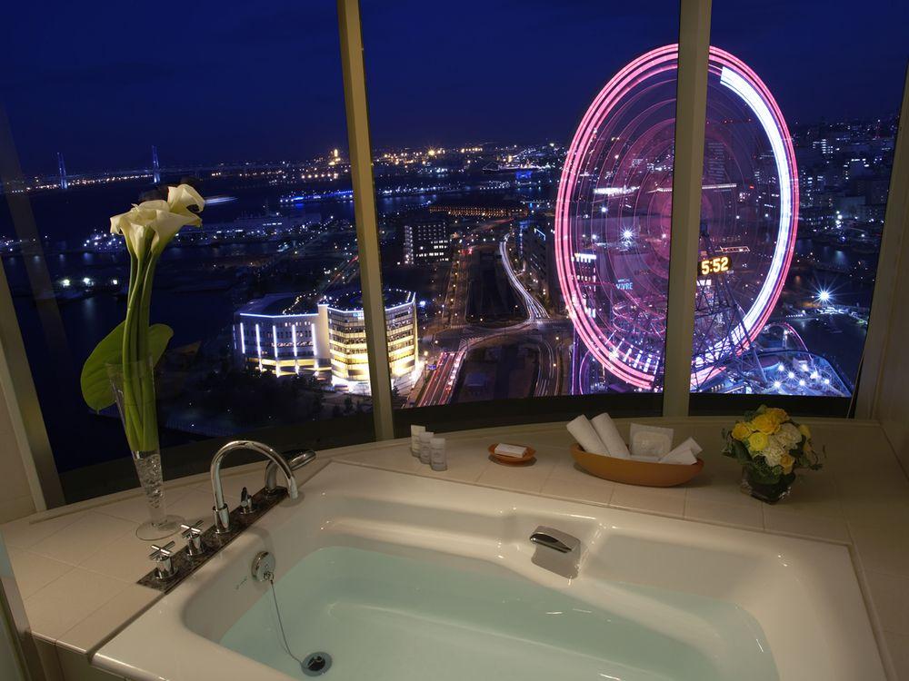 バスルームから見る、みなとみらいの夜景