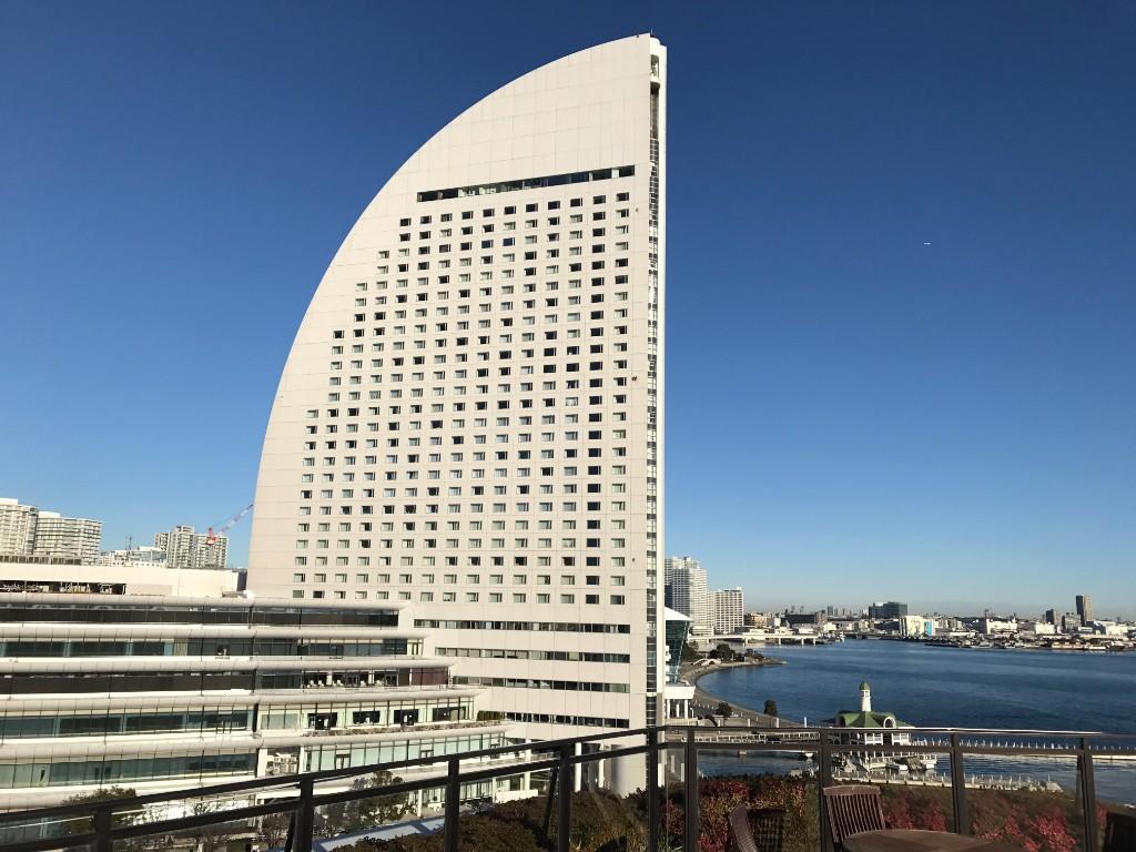 帆をイメージした外観のヨコハマグランドインターコンチネンタルホテル