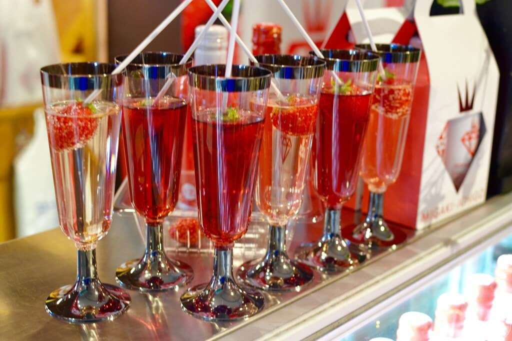 ミガキイチゴストアのショーケース上に並ぶスパークリングワイン「ミガキイチゴ・カネット 赤白」